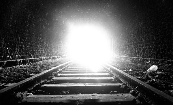 Há uma luz no fim do túnel, e provavelmente é um trem!
